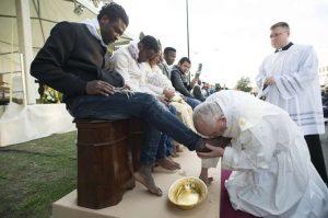 Popiežius ragina priiimti kuo daugiau migrantų