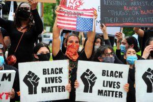 BLM mitinguose dalyvauja daug baltaodžių